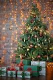 五颜六色的礼物和礼物在一棵美丽的圣诞树下 库存照片