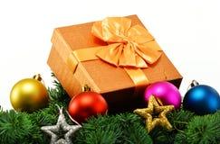 五颜六色的礼物盒和圣诞树在白色 免版税库存照片