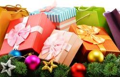 五颜六色的礼物盒和纸袋在白色 免版税图库摄影