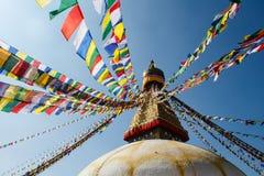 五颜六色的祈祷的旗子和佛教stupa在阳光下在尼泊尔 免版税库存图片