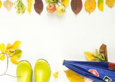 五颜六色的秋叶,苹果,哄骗雨靴,孩子伞 秋天背景特写镜头上色常春藤叶子橙红 感恩天概念 免版税库存图片