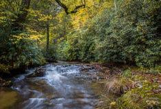 五颜六色的秋天小河在NC山的10月 库存照片