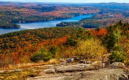 从五颜六色的秋天山顶观看的河 库存图片
