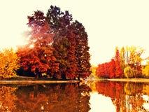 五颜六色的秋天湖 免版税库存图片