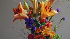 五颜六色的秋天被安排的花花束 股票视频