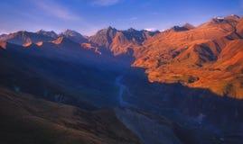 五颜六色的秋天风景在山村 免版税图库摄影