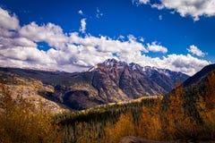 五颜六色的科罗拉多山在秋天 免版税图库摄影