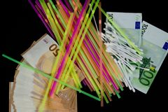 五颜六色的秸杆、棉花芽和50张和100张欧洲钞票 免版税库存照片