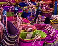 五颜六色的秸杆袋子在街市上 免版税库存图片
