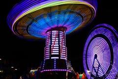 五颜六色的空转的摇摆,弗累斯大转轮在晚上 免版税图库摄影