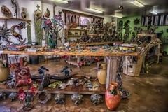 五颜六色的窑被射击的陶瓷文章待售 免版税库存图片