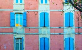五颜六色的窗口在阿尔勒,法国 库存照片
