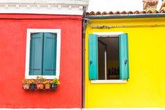 五颜六色的窗口在Burano海岛,意大利 图库摄影