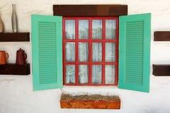 五颜六色的窗口开放与白色稀薄的织品帷幕 免版税库存照片