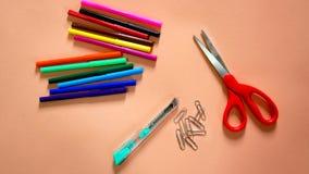 五颜六色的笔、剪刀,纸夹和切削刀 免版税库存照片