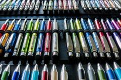 五颜六色的笔样片办公室的 库存图片