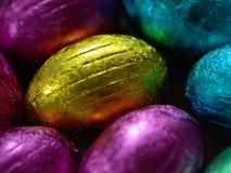 五颜六色的箔包装的巧克力复活节彩蛋 免版税库存照片
