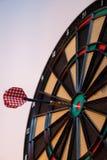 五颜六色的箭和目标与绿色,黄色和红颜色在Th 免版税库存照片