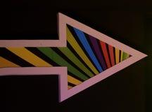 五颜六色的箭头标记-用白色边界在黑背景中 免版税库存图片