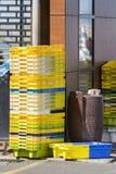 五颜六色的箱子塑料筐 抓住鱼存贮的包装箱堆 库存图片