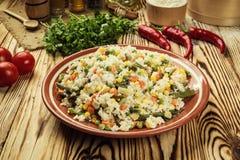 五颜六色的米和菜沙拉、碗面团orzo或米w 库存图片