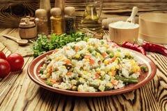 五颜六色的米和菜沙拉、碗面团orzo或米w 免版税图库摄影