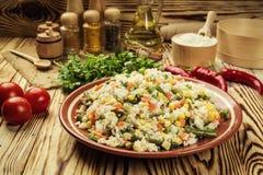 五颜六色的米和菜沙拉、碗面团orzo或米w 免版税库存照片