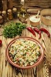 五颜六色的米和菜沙拉、碗面团orzo或米w 免版税库存图片