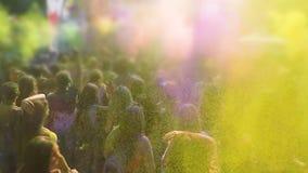 五颜六色的粉末染料由愉快的青年人喷洒了在传统Holi节日 股票录像