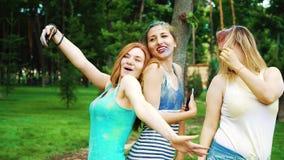 五颜六色的粉末的快乐的女性朋友全部在侯丽节费斯特以后做selfies 股票视频