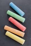 五颜六色的粉笔在黑板的 免版税图库摄影