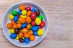 五颜六色的糖上漆的巧克力 免版税库存图片