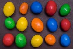五颜六色的糖上漆的巧克力 图库摄影