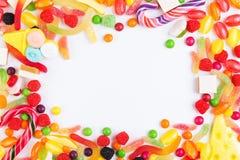五颜六色的糖果、果冻和作为框架被安排的冰棍流行音乐 免版税库存照片