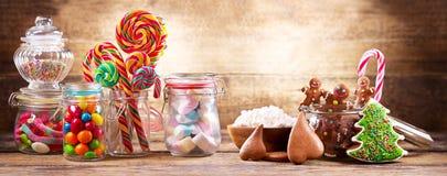 五颜六色的糖果、棒棒糖、蛋白软糖和姜饼曲奇饼 库存照片