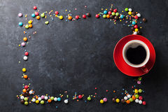 五颜六色的糖果和咖啡杯在石背景 库存图片