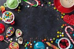 五颜六色的糖果和咖啡杯框架 库存照片
