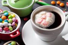 五颜六色的糖果和咖啡杯 库存照片