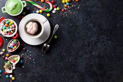 五颜六色的糖果和咖啡杯 库存图片