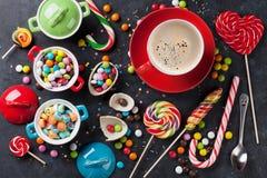 五颜六色的糖果和咖啡杯 免版税库存图片