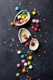 五颜六色的糖果和朱古力蛋 免版税图库摄影