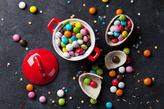 五颜六色的糖果和朱古力蛋 免版税库存图片