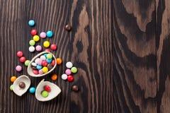 五颜六色的糖果和朱古力蛋 免版税库存照片