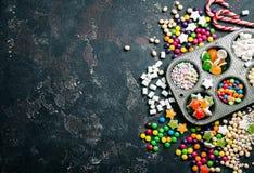 五颜六色的糖果和棒棒糖 免版税库存图片