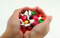 五颜六色的糖果在手上 免版税库存图片