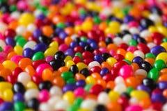 五颜六色的糖果大理石特写镜头在堆的 免版税库存图片