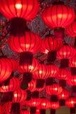 五颜六色的红色中国灯笼发光新年 免版税库存图片