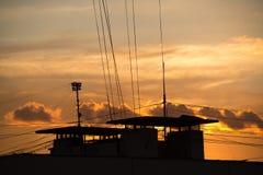 五颜六色的红色天空自然本底在与街道屋顶的日落时间 库存照片