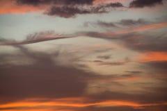 五颜六色的红色天空自然本底在日落时间 免版税库存图片