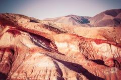 五颜六色的红色岩石在一个晴天 克孜勒奇恩角的山的美丽的景色 库存照片
